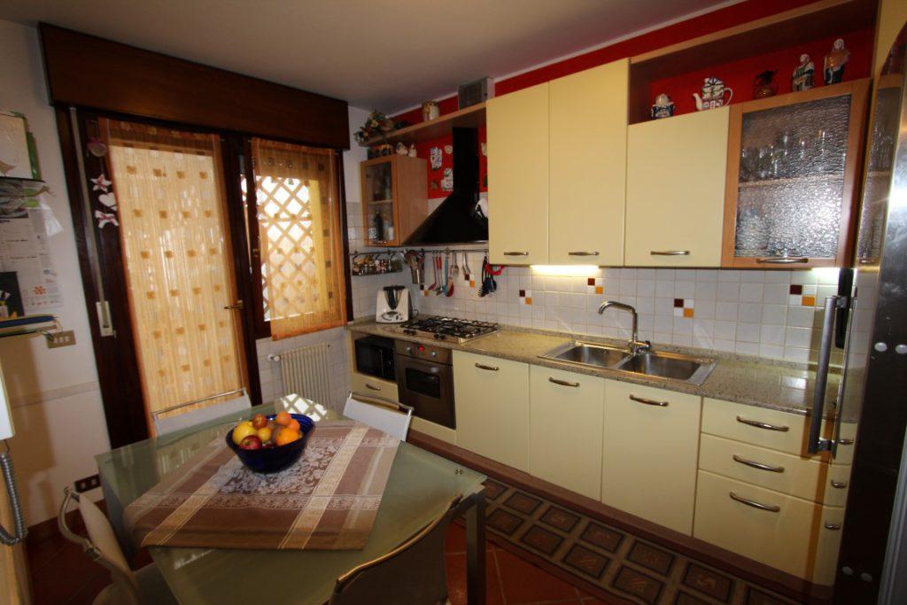 cucina casa a schiera che si apre sul portico